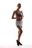 Bello addestramento allegro della ragazza con le teste di legno sopra fondo bianco Immagine Stock