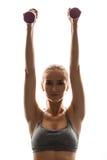 Bello addestramento allegro della ragazza con le teste di legno sopra fondo bianco Fotografie Stock