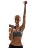 Bello addestramento allegro della ragazza con le teste di legno sopra fondo bianco Fotografie Stock Libere da Diritti