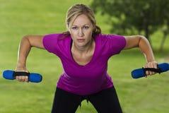 Bello addestramento della donna di forma fisica Fotografie Stock Libere da Diritti