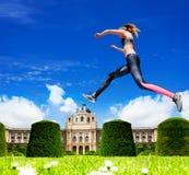 Bello addestramento sportivo della ragazza nel giardino di Vienna Immagine Stock