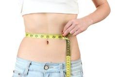 Bello addome femminile e nastro di misurazione Fotografia Stock Libera da Diritti