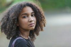 Bello adolescente afroamericano della ragazza della corsa mista immagini stock libere da diritti