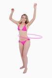 Bello adolescente in beachwear che gioca hula-cerchio fotografie stock libere da diritti