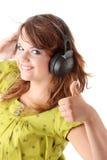 Bello adolescente che ascolta la musica Immagini Stock
