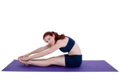Bello adolescente che dimostra stirata di yoga fotografie stock