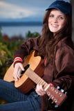 Bello adolescente che gioca chitarra Fotografia Stock