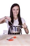 Bello adolescente che prepara alimento immagini stock libere da diritti