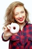 Bello adolescente con una ciambella rosa Fotografia Stock Libera da Diritti