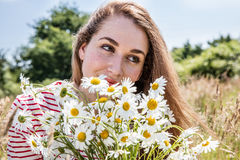 Bello adolescente femminile con il mazzo del fiore della margherita per bellezza naturale Fotografia Stock Libera da Diritti