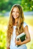 Bello adolescente sorridente con i libri Fotografie Stock