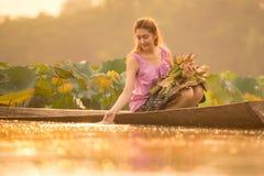Bello agricoltore della giovane donna che raccoglie loto Fotografie Stock