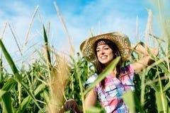 Bello agricoltore femminile nel campo di grano Fotografia Stock Libera da Diritti