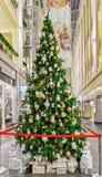 Bello albero di Natale al Galerija Centrs a vecchia Riga Fotografia Stock