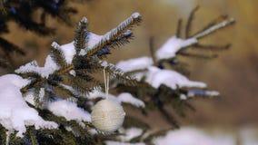 Bello albero di Natale con il giocattolo fatto a mano in un parco stock footage