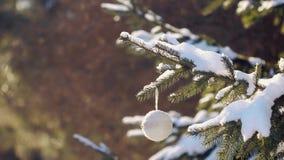 Bello albero di Natale con il giocattolo fatto a mano in un parco archivi video