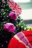 Bello albero di Natale decorato con gli ornamenti e la luce Immagini Stock