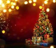 Bello albero di Natale decorato con i contenitori di regalo Immagine Stock
