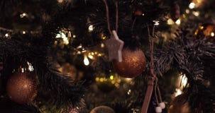 Bello albero di Natale decorato con la ghirlanda e le palle video d archivio