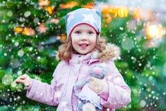 Bello albero di Natale sorridente della tenuta della bambina Fotografia Stock Libera da Diritti