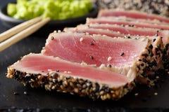 Bello alimento: bistecca di tonno affettata con la macro del sesamo orizzontale Immagine Stock