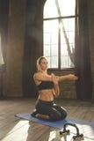 Bello allenamento atletico della donna a casa Immagini Stock
