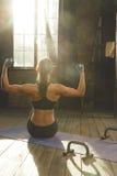 Bello allenamento atletico della donna a casa Fotografia Stock Libera da Diritti