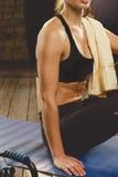 Bello allenamento atletico della donna a casa Immagine Stock Libera da Diritti