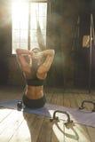 Bello allenamento atletico della donna a casa Fotografia Stock