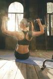 Bello allenamento atletico della donna a casa Fotografie Stock Libere da Diritti