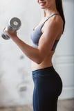 Bello allenamento atletico della donna con dumbell Fotografia Stock Libera da Diritti