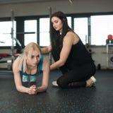 Bello allenamento della giovane donna nella palestra di forma fisica che fa squa pesato Fotografie Stock Libere da Diritti