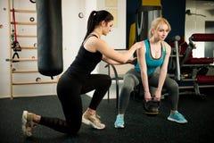Bello allenamento della giovane donna nella palestra di forma fisica che fa squa pesato Fotografia Stock