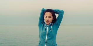 Bello allenamento della giovane donna sulla costa Fotografie Stock