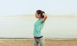 Bello allenamento della giovane donna sulla spiaggia Fotografia Stock Libera da Diritti