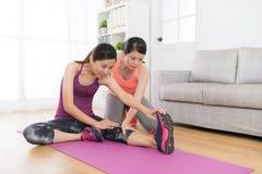 Bello allenamento di forma fisica della studentessa a casa Fotografie Stock