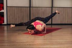 Bello allenamento di yoga della giovane donna in palestra Fotografia Stock