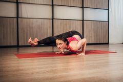 Bello allenamento di yoga della giovane donna in palestra Fotografia Stock Libera da Diritti