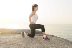 Bello allenamento facente femminile durante l'addestramento di mattina sul Th Immagini Stock