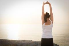 Bello allenamento facente femminile durante l'addestramento di mattina sul Th Fotografia Stock