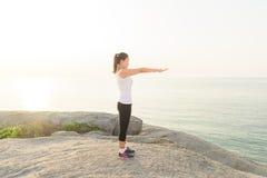 Bello allenamento facente femminile durante l'addestramento di mattina sul Th Fotografie Stock Libere da Diritti