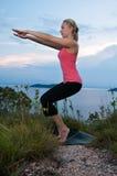 Bello allenamento femminile biondo sulla spiaggia Immagini Stock Libere da Diritti