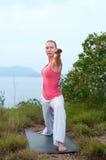 Bello allenamento femminile biondo sulla spiaggia Fotografie Stock Libere da Diritti