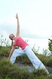 Bello allenamento femminile biondo sulla spiaggia Immagine Stock