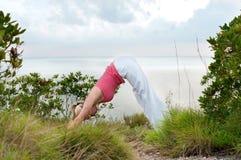 Bello allenamento femminile biondo sulla spiaggia Fotografia Stock Libera da Diritti