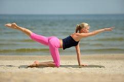 Bello allenamento femminile sulla spiaggia Fotografie Stock Libere da Diritti