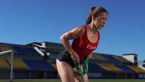 Bello allenamento sexy della ragazza di forma fisica nel giorno soleggiato di estate archivi video