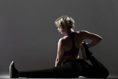Bello allenamento sportivo dei pilates della ragazza Fotografia Stock Libera da Diritti