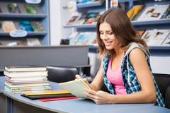 Bello allievo femminile in una libreria Fotografia Stock Libera da Diritti