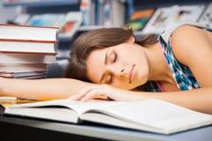 Bello allievo femminile in una libreria Fotografia Stock